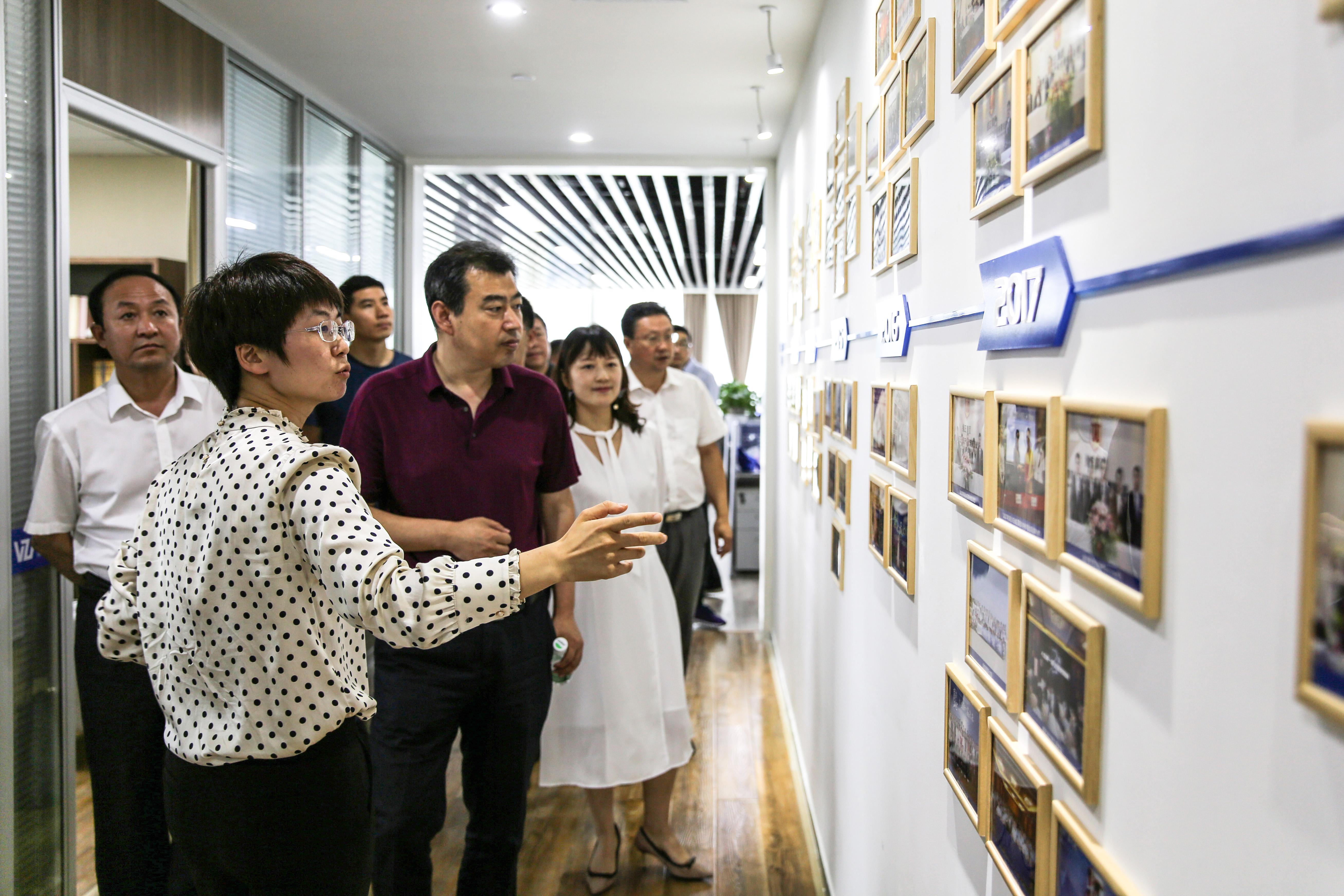 周香香向吉林省科技厅一行讲解维正发展历史沿革
