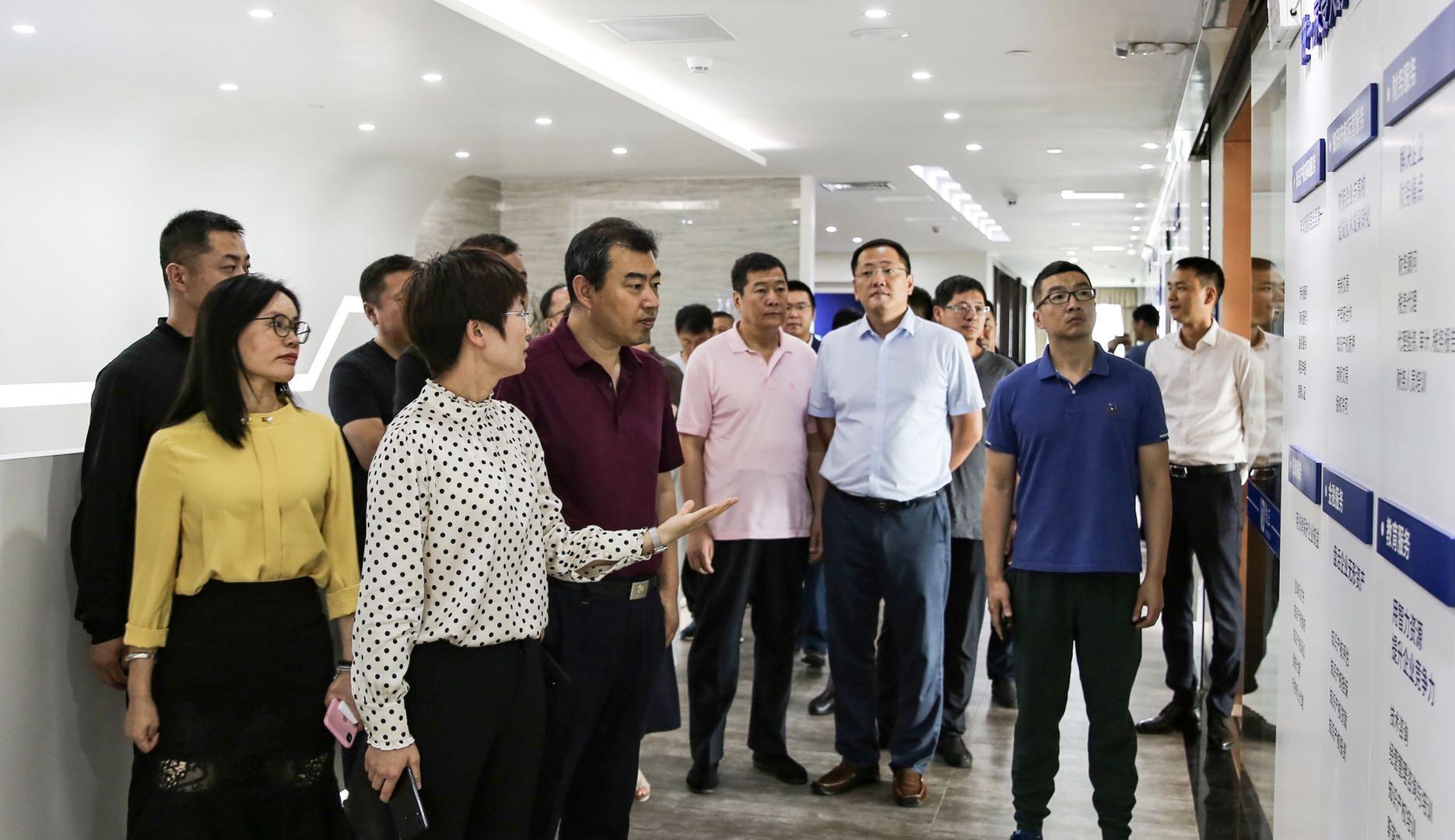 维正控股执行总裁周香香(前排左二)为孙晓辉处长(前排左三)介绍维正服务领域