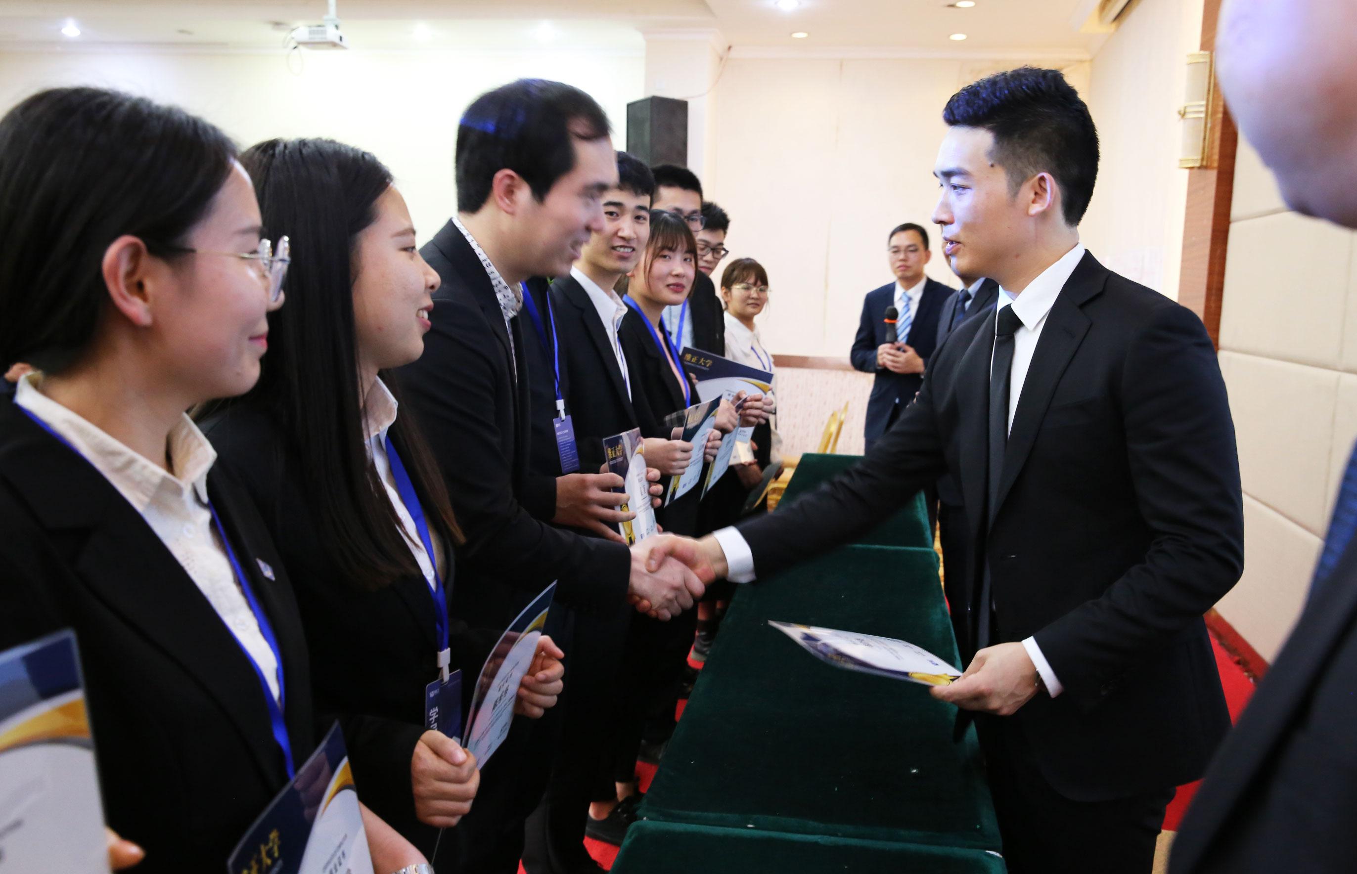 维正控股董事长夏华标为学员颁发结业证书